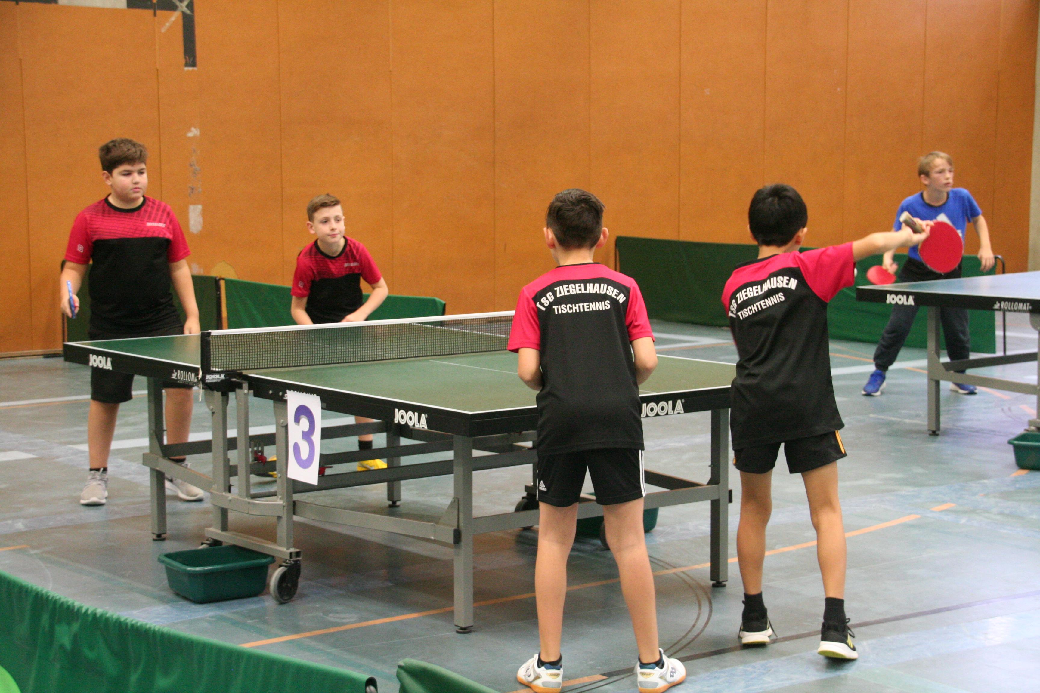 Kian, Linus, Paul und Johnny beim Einspielen vor dem Turnier