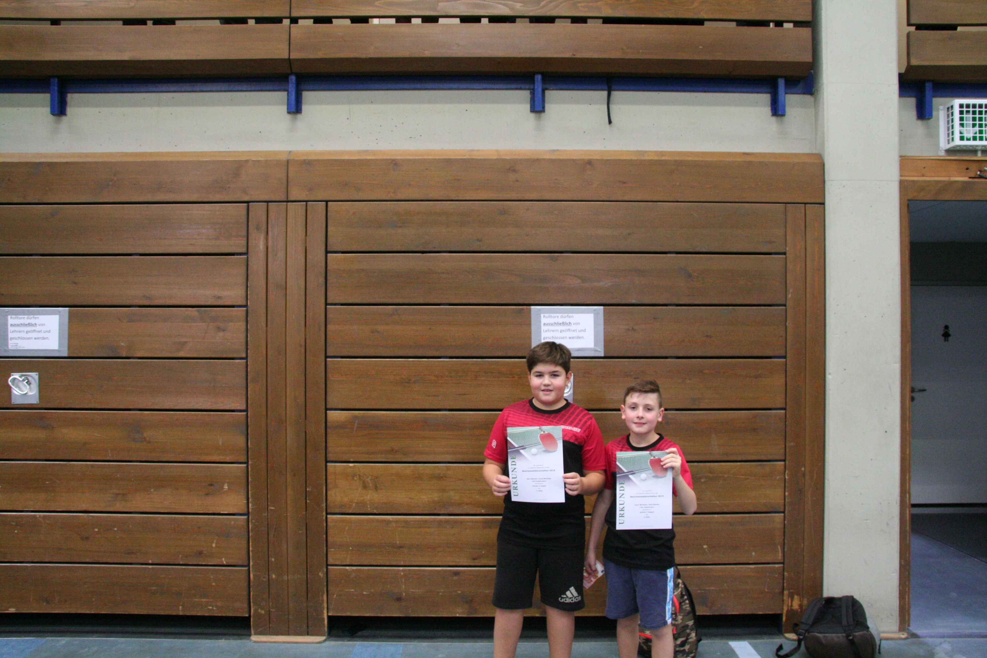Kian und Linus mit der Urkunde