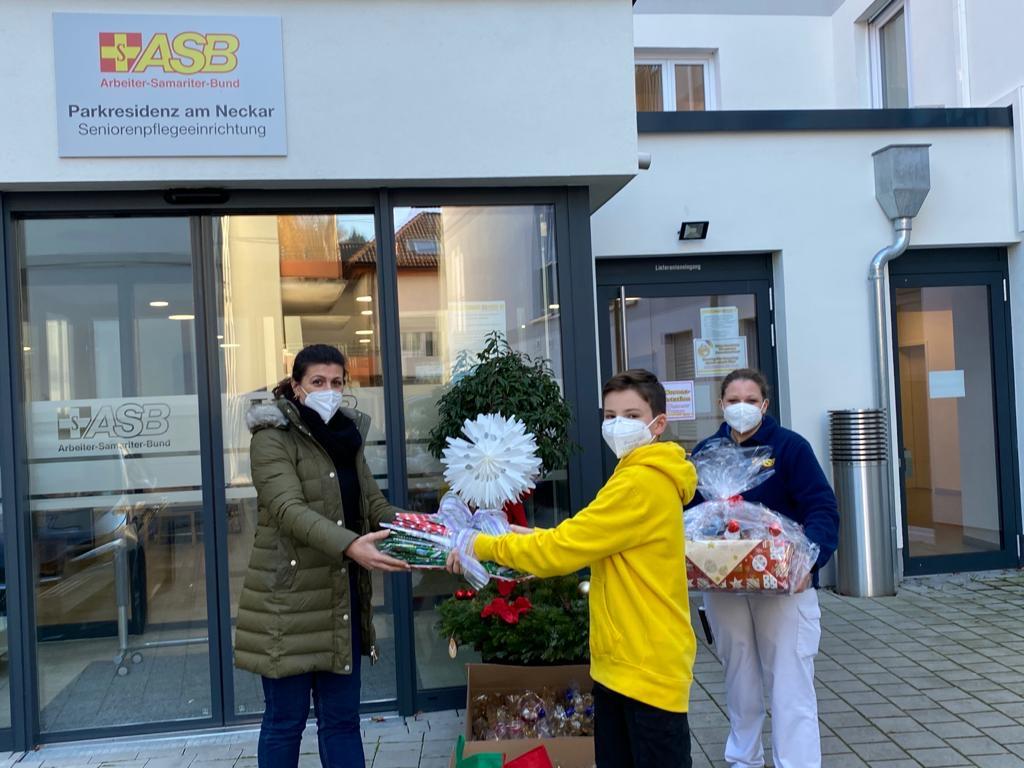 Basketball – Basketballer als Weihnachtsmänner in der Seniorenresidenz in Ziegelhausen...!
